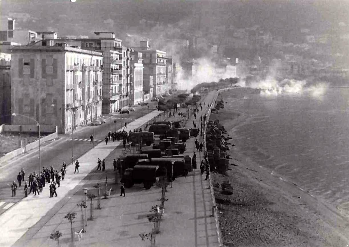 La Villa Comunale avvolta nel fumo dei lacrimogeni esplosi durante gli scontri del 3 novembre 1971 (foto Nino Cuccurullo)
