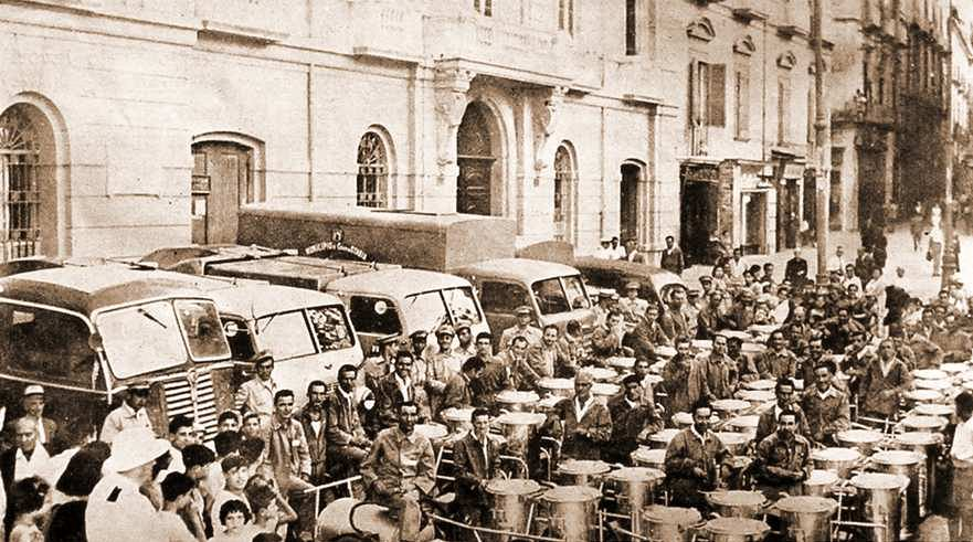 L'organico per il servizio di nettezza urbana ai piedi di Palazzo Farnese (fine anni '50)