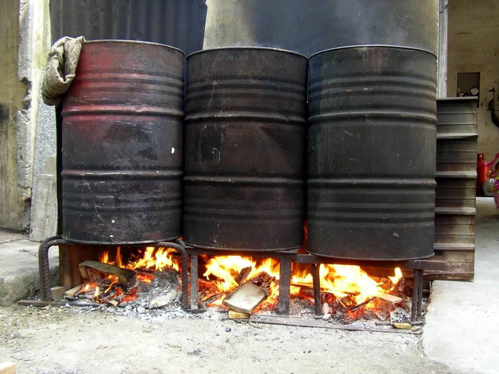 Le bottiglie di pomodoro in cottura (foto Maurizio Cuomo)