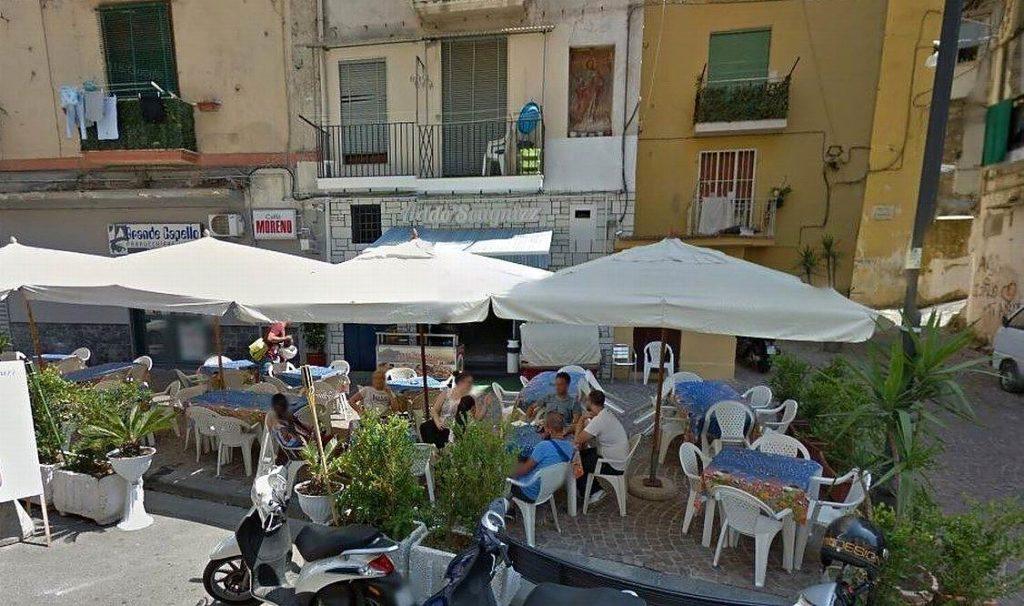 L'ingresso del Bar Umberto era ubicato dove ora vi il barbiere