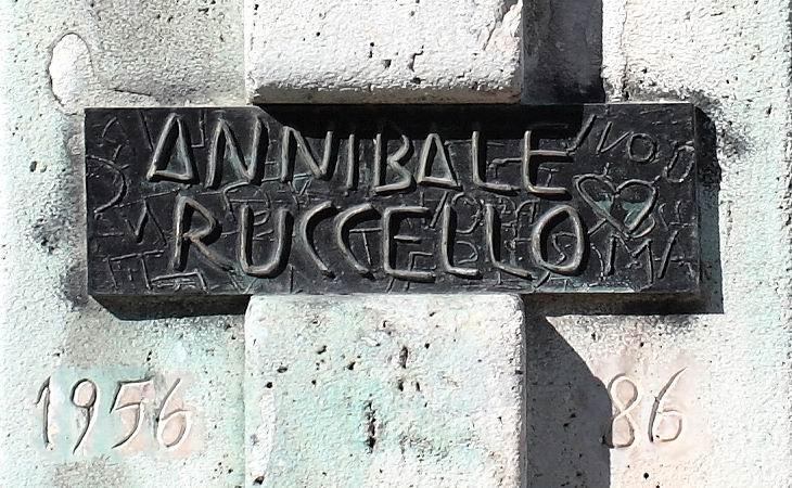Annibale Ruccello - particolare del busto posto in Villa Comunale (foto Maurizio Cuomo)