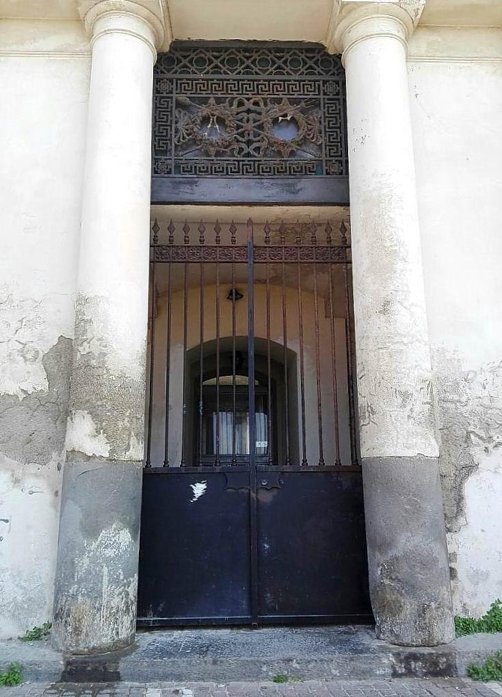 Ex Albergo Imperiale - ingresso lato mare (foto Maurizio Cuomo)