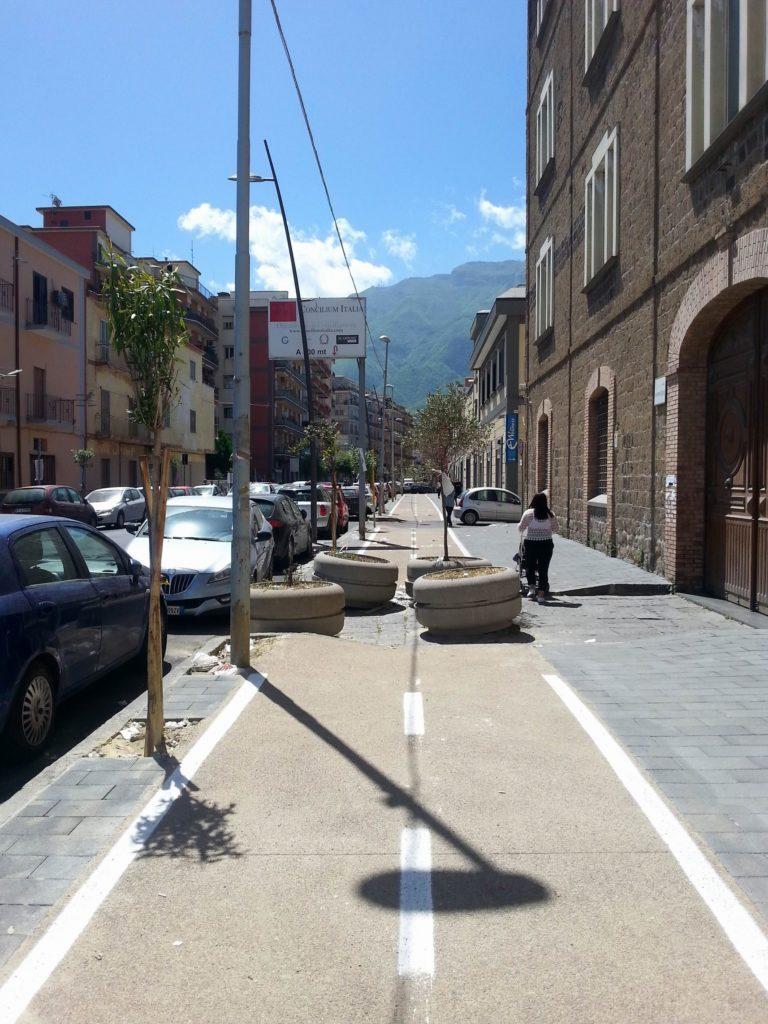 Ostacoli sulla ciclabile di via de Gasperi (foto dott. Raffaele Scala)