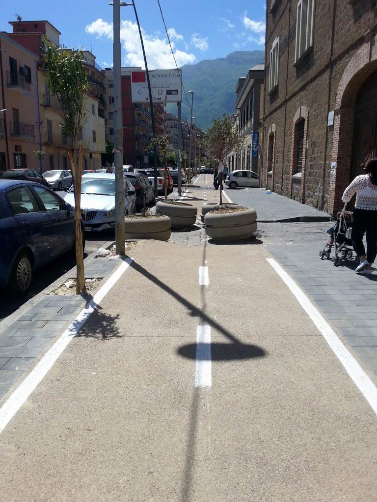 Fioriere sulla ciclabile di via de Gasperi (foto dott. Raffaele Scala)