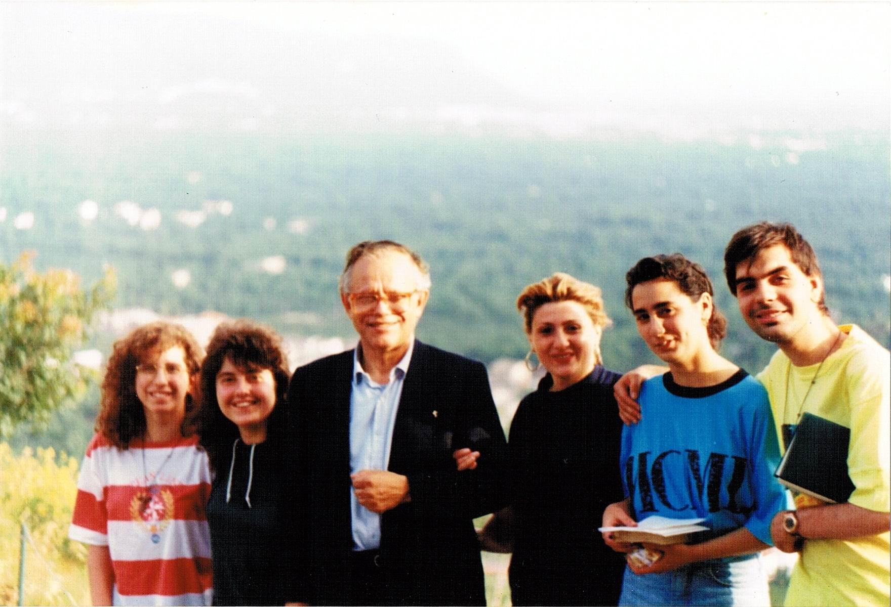 Padre William con alcuni giovani della Parrocchia della Pace