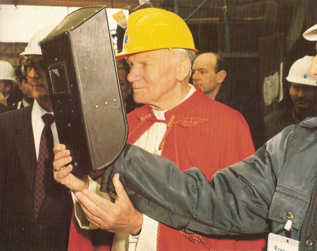 Giovanni Paolo II visita il cantiere, come un operaio tra gli operai...