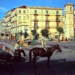 Carrozzella nei pressi di Piazza Orologio (cartolina ed. Biagio Molinari)