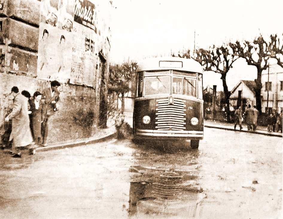 Autobus nel tratto all'angolo di via Bonito con via Mazzini - anno 1954