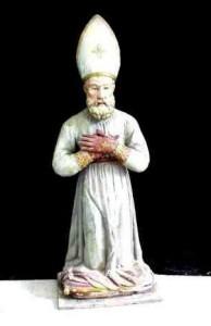 San Catello: statua (mis. 115x40x28) in legno intagliato (dipinto) e vetro, della seconda metà del XVIII sec. - artigianato stabiese. Descrizione: Il santo è raffigurato in ginocchio su un cuscino, con la mitria vescovile, le mani inguantate ed incrociate sul petto.