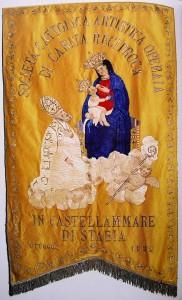 San Catello: stendardo storico raffigurante il vescovo stabiese ai piedi della Madonna di Pozzano.