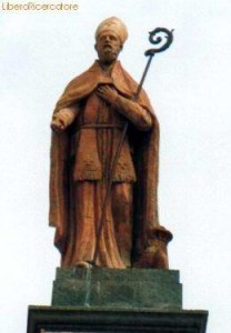 San Catello: immagine della statua (restaurata) posta sin dal 1840, sull'omonimo Arco.