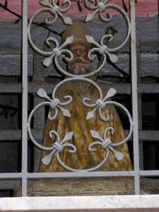San Catello: antica statuetta (esposta in una edicola votiva del centro storico cittadino).