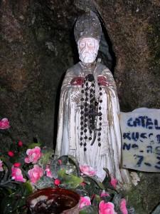 San Catello: la statuetta nella omonima grotta sul Faito.