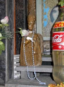 San Catello: statuetta in gesso indorata, posta in una piccola edicola di Via Campo di Mola.