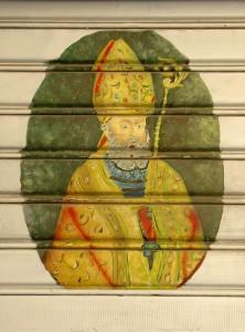 """San Catello: un ovale del Santo Patrono stabiese, pitturato sulla serranda dell'acquafrescaio in prossimità del Largo Marchese De Turris (la piazzetta della """"Caperrina"""")."""
