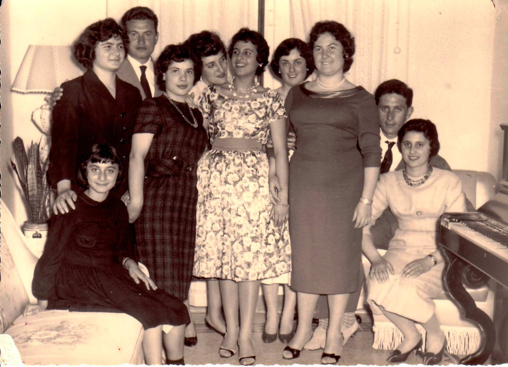 ... con la speranza di esser contattata anch io da qualcuna delle mie  amiche perdute dal tempo. Ricordo solo qualche nome  Lina Vozza (la terza a  destra). c6611685091