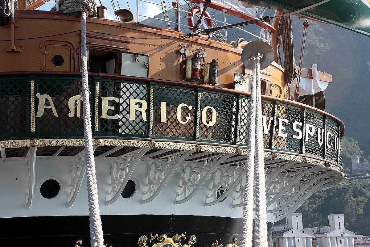 La Vespucci nel porto di Castellammare (foto Maurizio Cuomo)
