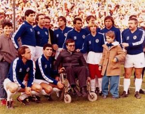 14 dicembre 1985 allo stadio Romeo Menti di Castellammare si disputa la Partita del Cuore. Tra i tanti Vip posa per una foto ricordo il piccolo Andrea D'Auria (in Montgomery) figlio di Gerardo che ha immortalato il momento