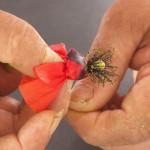 Legate i petali avvolgendogli il capello più volte intorno.