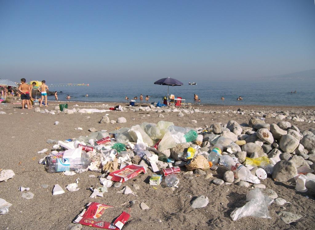 Pozzano, tutti in spiaggia per un tuffo tra i rifiuti e il degrado