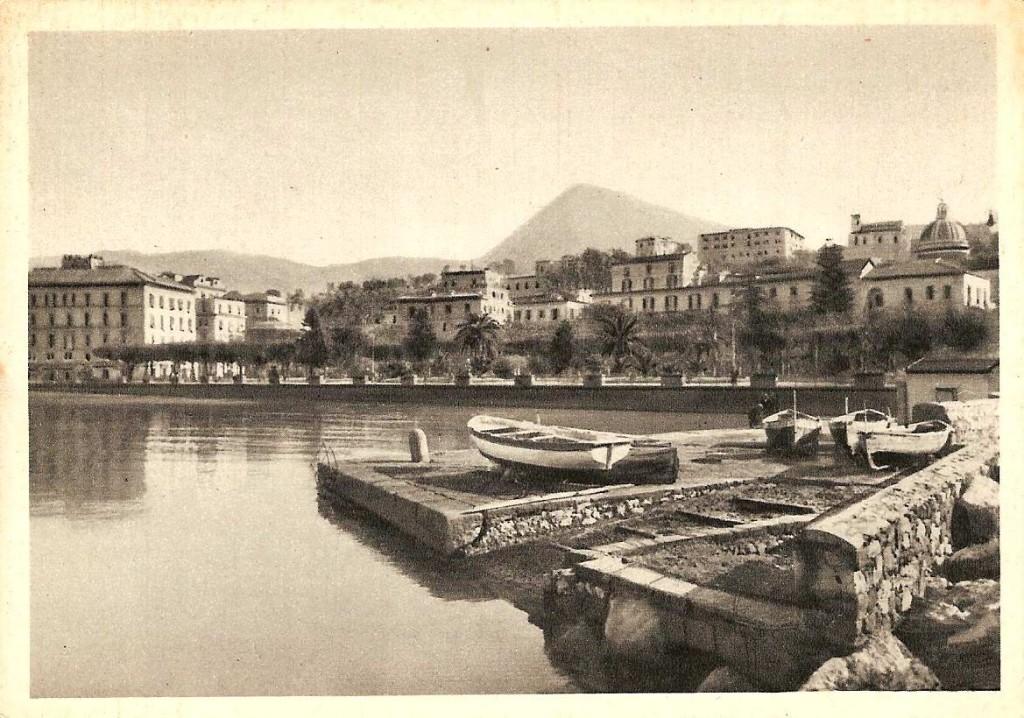 Barche di pescatori alla Banchina 'e zi' Catiello (Cartolina d'epoca - coll. G. Zingone)