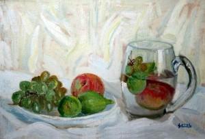 Frutta in piatto e brocca trasparente