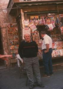 Vincenzo Esposito, davanti la sua edicola