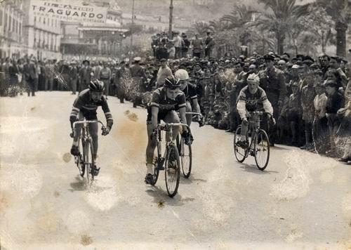 Anno 1951: Castellammare di Stabia, gara ciclistica in transito al corso Garibaldi