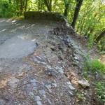La strada e la discarica scivolano verso il basso