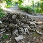 Un carico di rifiuti edili appena sversato