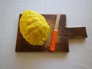 Scelto il limone, vi serve un coltello e un tagliere.