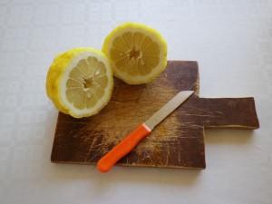 Dividete il frutto in due parti.