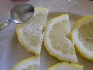 Spolverate con zucchero semolato, o sale fino se preferite.