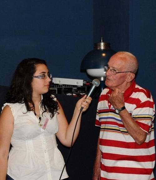 L'assistente di sala, Sara Cesarano porge il microfono a Salvatore (foto Mimmo Longobardi)