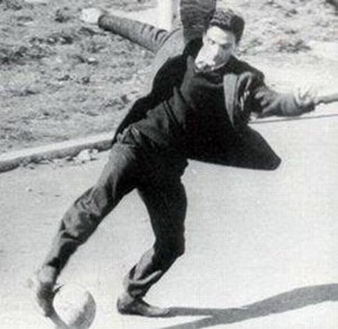 Pasolini, gioca a calcio in strada (foto tratta dal web)