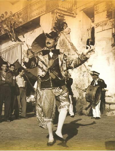 """L'attore Ugo d'Alessio, interpreta 'o Pazzariello in piazza """"Orologio"""" (foto segnalata dal dott. Tullio Pesola)."""