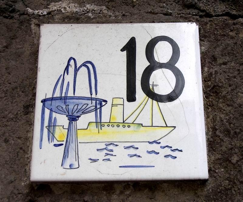 Numero civico segno dipinto su piastrelle di ceramica foto