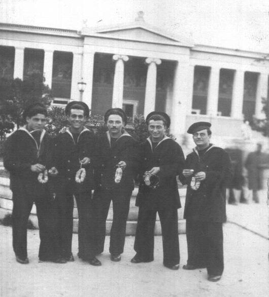 Alessandro Coppola (secondo da destra) ad Atene nel 1940