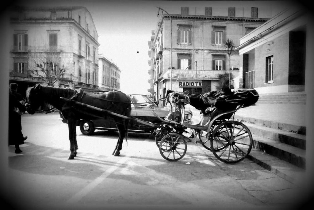 """Castellammare: """"cucchiere"""" con carrozzella in sosta a Piazza """"Ferrovia""""."""