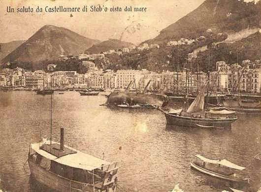 Castellammare di Stabia: barche e veliero in raddobbo (cartolina d'epoca)