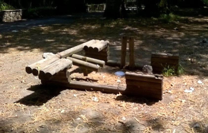 Tavolini divelti, utilizzati come legna da ardere