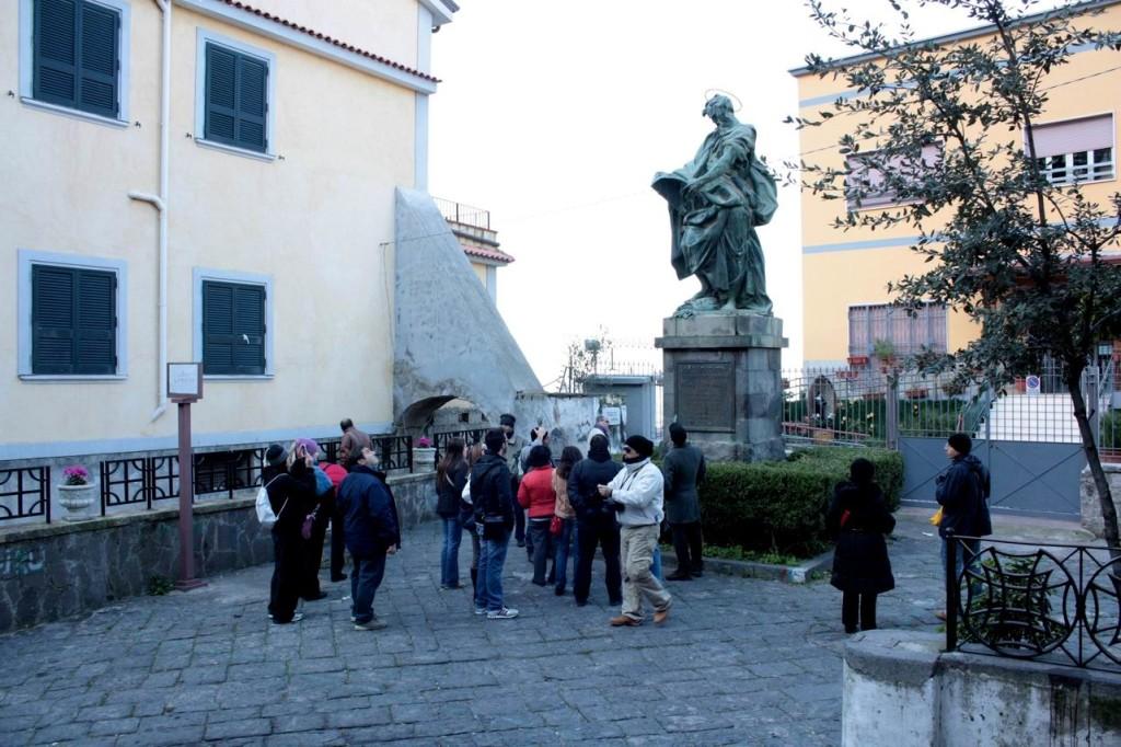 Statua di San Matteo nel piazzale dell'omonima chiesa di Castellammare (foto Maurizio Cuomo)