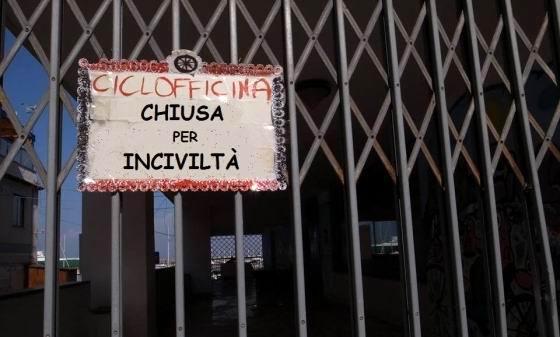 """Ciclofficina chiusa per inciviltà (foto de """"Gli Amici della Filangieri"""")"""
