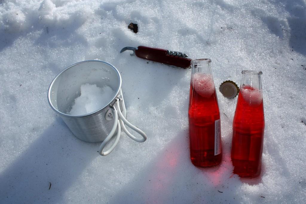 E' tutto pronto: le bevande sono state stappate (foto Maurizio Cuomo)