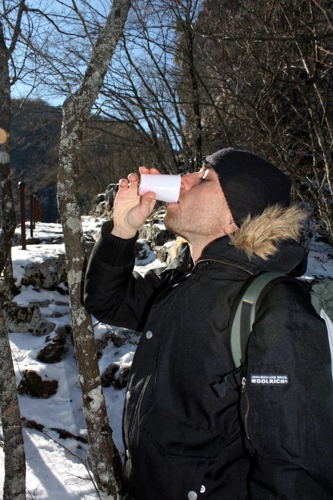 """Il naturalista Ferdinando Fontanella, capo gruppo di """"escursionisti stabiesi"""", gusta il brindisi fino all'ultima goccia!!! (foto Maurizio Cuomo)"""
