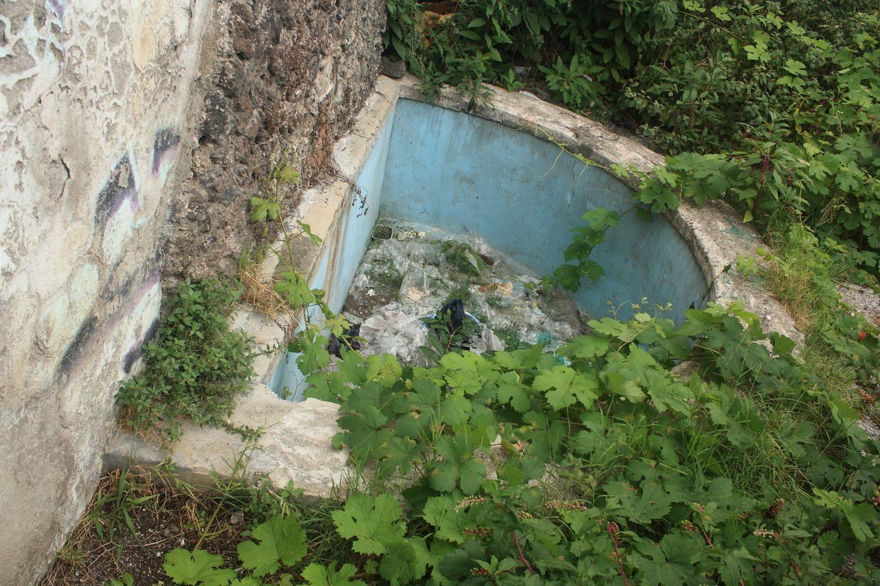 La fontana borbonica nelle FF.SS. prima della pulizia (foto Maurizio Cuomo)
