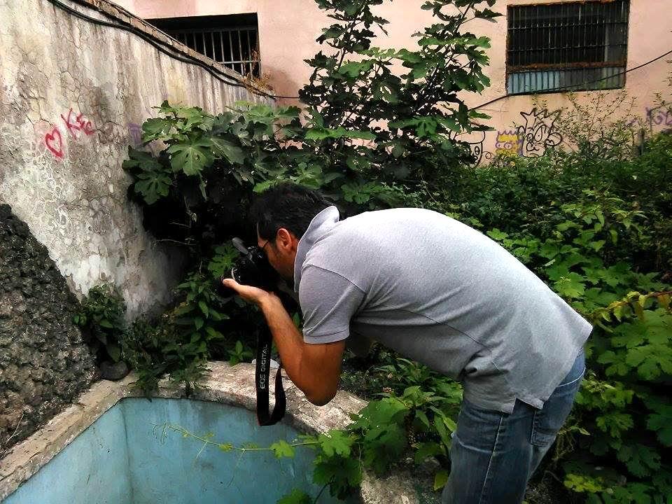 Maurizio Cuomo fotografa un particolare della fontana (foto Vincenzo Cesarano)