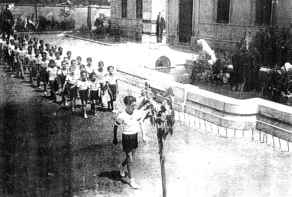 13 luglio 1933: gli alunni sfilano all'inaugurazione dell'artistica fontana