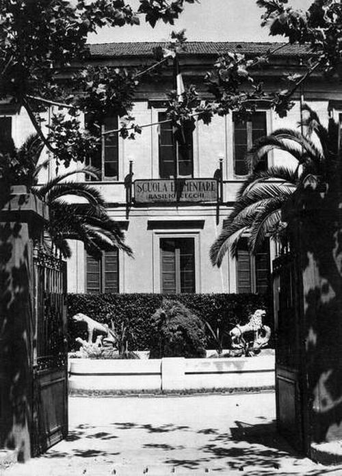 """Anni '50: l'ingresso della Scuola Elementare """"Basilio Cecchi"""""""