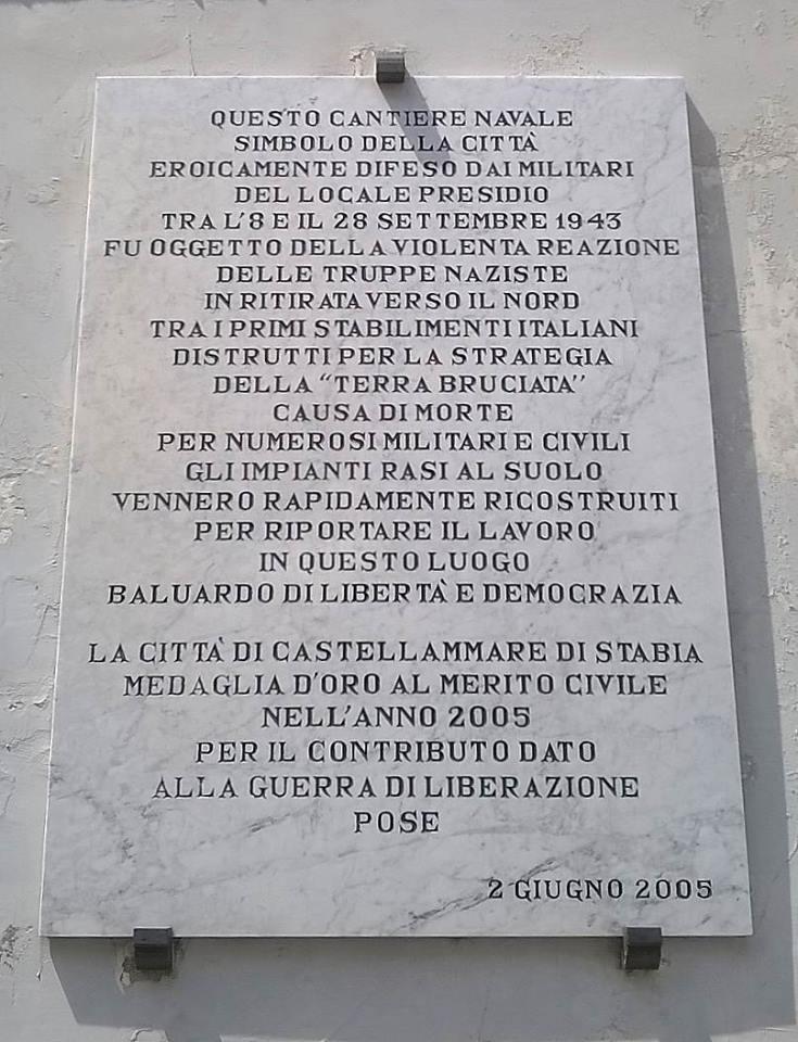 Lapide posta sul muro perimetrale del Cantiere navale di Castellammare (foto Maurizio Cuomo)